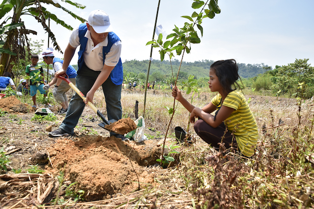 Samsung volunteers taking part in planting 80 trees with the villagers of Kampung Ulu Tual in hopes of creating a greener environment for them to live in.
