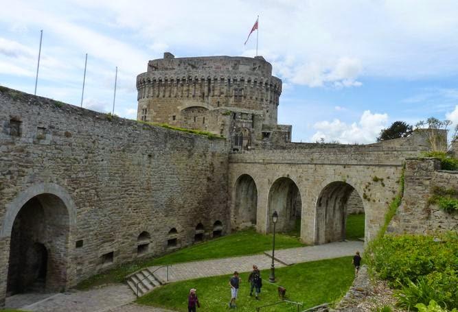 Murallas y Castillo de Dinan desde intramuros.
