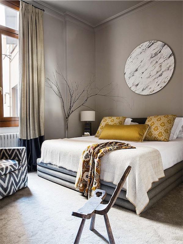 dormitorio en tonos topo y detalles en amarillo chicanddeco