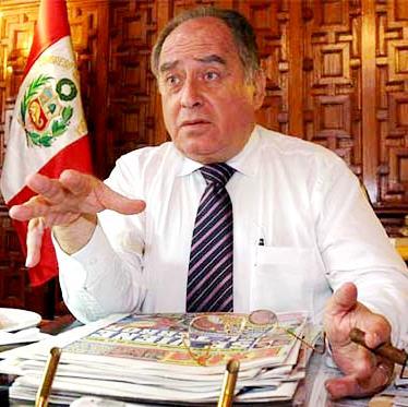 Foto de Ántero Flores-Aráoz en su escritorio