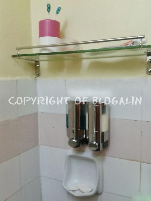 Rak Kaca Tu Lah Yang Kami Beli Sekali Dengan Tempat Shower Gel N Syampu Kalau Letak Dalam Senang Tekan² Kat Botol Nanti Takut