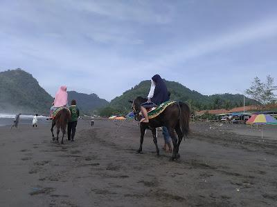 Berkuda di tepian pantai