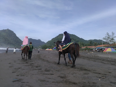 Berkuda di tepian pantai suwuk