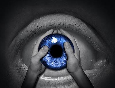 Manipulación o fotomontaje  fotográfico  de un ojo y mano