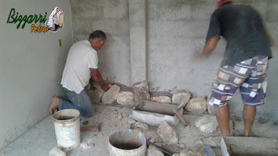 Bizzarri iniciando um revestimento de pedra na parede sendo com pedra moledo nesse tom bege mesclado sendo esse revestimento na parede da adega em residência em Itatiba-SP. 07 de dezembro de 2016.