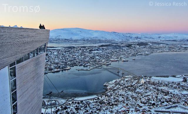 Aussichtsplattform auf dem Storsteinen mit Blick auf Tromsø im Winter