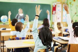 Η δασκάλα της... οργής: Προβάλλει γκέι βίντεο στην τάξη, διδάσκει... γιόγκα και καταργεί τα θρησκευτικά!