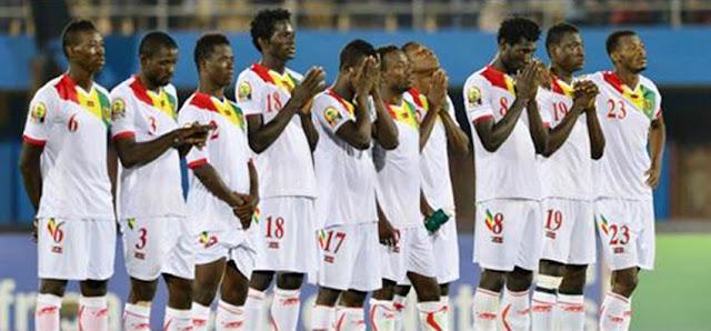 Wachezaji wa Senegal wakisikitika baada ya kusagwa 5-0 na Guinea iliyofuzu kushiriki kipute cha CHAN 2018 kitakachoandaliwa Kenya. Picha/Kwa hisani