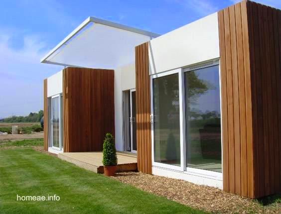 Fachada principal de una casa moderna prefabricada de una planta estilo Contemporáneo