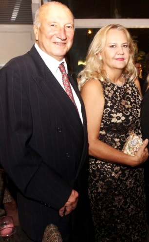 Foto de Gino Pinasco muy elegante con su esposa