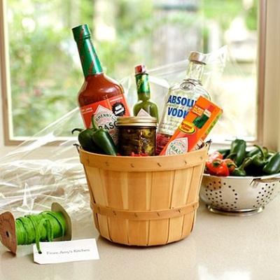 Isi kadonya bisa disesuaikan dengan minuman atau makanan favorit si calon penerima kado.