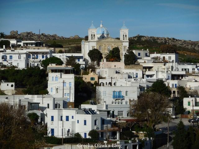 Wioska Tinos Falatadoa, białe domki, niebieskie okiennice