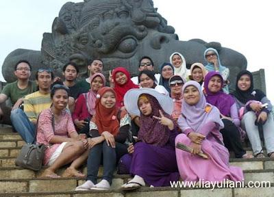 Berfoto di GWK, Bali, bersama Sahabat