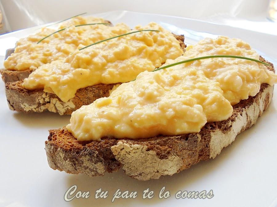 Tostas con huevos al queso