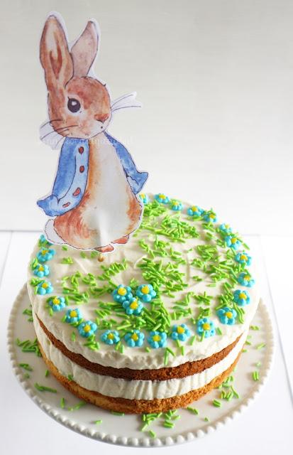 taart pieter konijn, mon chou taart, lente taartn taart maken voor pasen, recept lente taart, recept paas taart, suiker bloemetjes, pieter konijn feest, feest printable pieter konijn, biscuit mix bakken