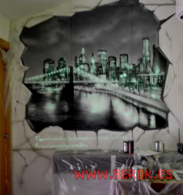 Pintura mural de ciudad con efecto luminiscente en oscuridad