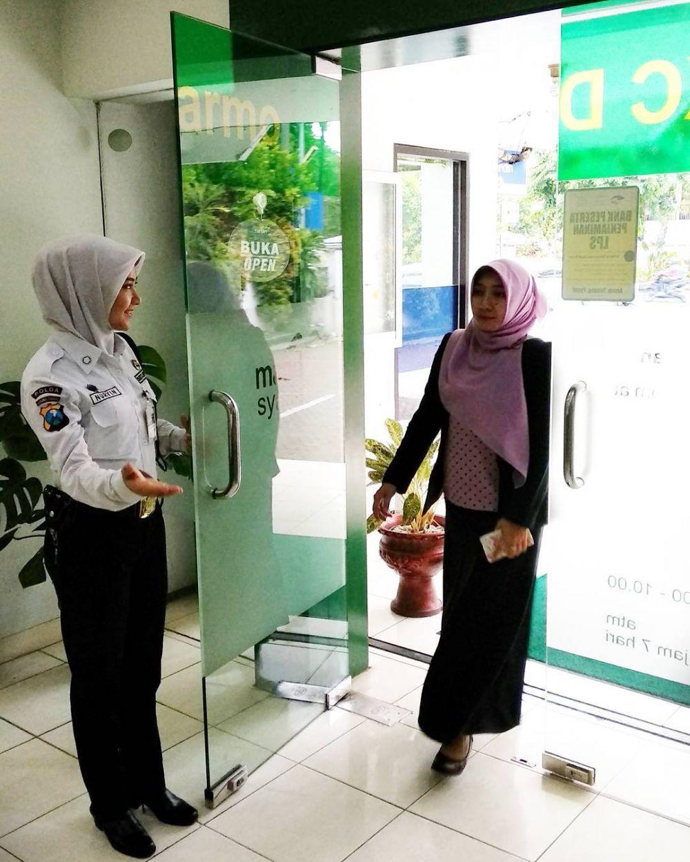 Viral Mantan model cantik menjadi Satpam Bank di Surabaya
