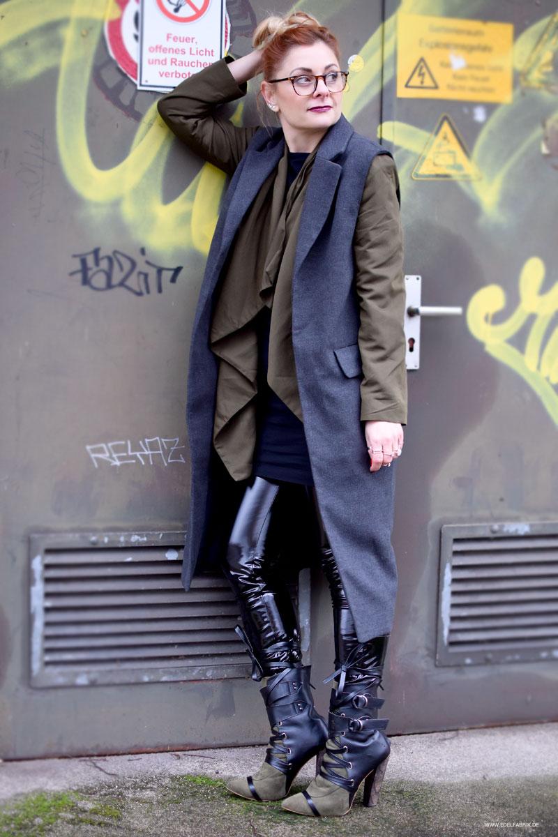Leggings aus schwarzem Vinyl mit grüner Jacke