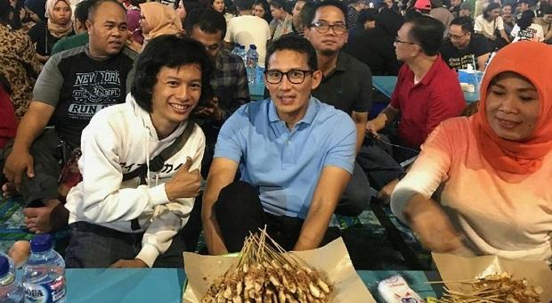 Sandiaga Uno 'Ngamen' di Sate Taichan Senayan