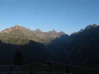 Blick auf die Westseite des Verzasca-Tales; links der Bildmitte die Corona di Redòrta, rechts davon die Bochetta di Larecc