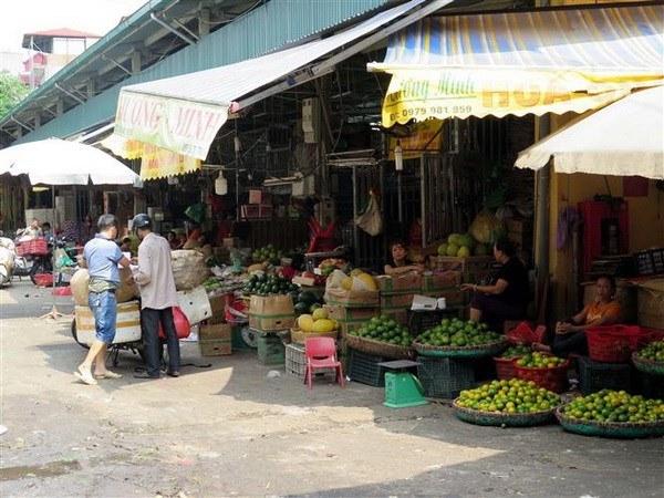 Các gian hàng hoa quả tại chợ Long Biên