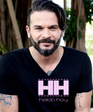 Foto de Pedro Capó con bigote y barba
