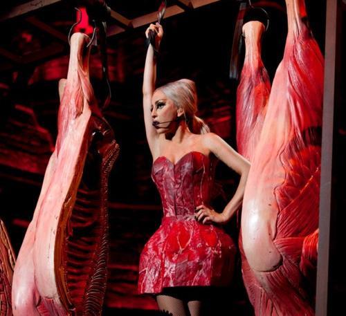 Lady Gaga con el vestido de carne en el BTW Ball