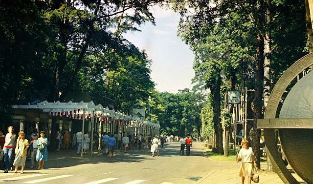 1986 год. Юрмала. Дзинтари. На углу улиц Йомас и Турайдас. Возле глобуса... Послеобеденное время