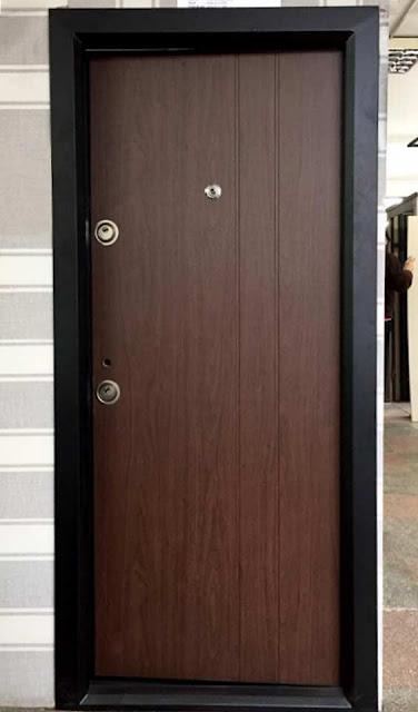 Usa metalica pentru intrarea in apartament model modern culoare maro