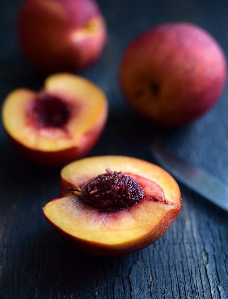 Nectarinas frescas cortadas a la mitad