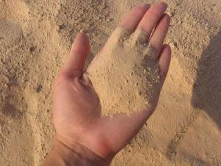 Очень часто, во время строительства очередного дома, проходящие мимо люди интересуются, что мы добавляем в цементный раствор. Он выглядит как масло и его хочется намазать на хлеб! В этой статье вы узнаете: - Как легко, быстро и правильно приготовить цементно – песчаный раствор (для кладки). - Особенности и тонкости приготовления цементно – песчаного раствора. - Особенности приготовления раствора при отрицательных температурах (в зимний   период). - Как сделать раствор нужной марки. - Где применять необходимую марку раствора. - Добавки для цветного лицевого шва. - Как подобрать правильно материалы для приготовления хорошего раствора.  Как определить марку раствора? Очень просто: марку цемента поделить на количество песка.  Делаем раствор марки 100: Цемент марки 400, соотношение цемента и песка один к четырем, то есть одно ведро цемента на четыре ведра песка, решаем: 400 (марка цемента) / 4 (ведра песка) = 100 (марка готового раствора). Добавляем в раствор 50 – 100 гр моющего (в зависимости от качества моющего) для эластичности раствора.
