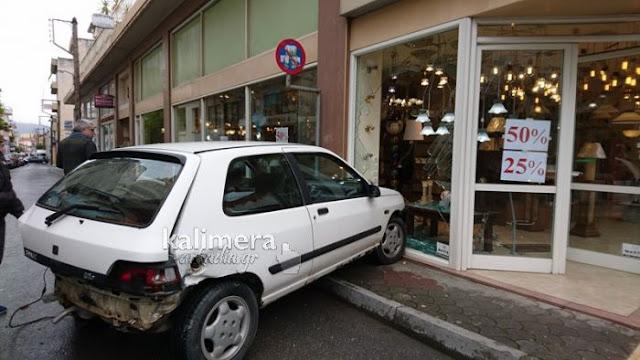 Τροχαίο ατύχημα στην Τρίπολη με αυτοκινητο να καταλήγει σε τζαμαρία καταστήματος