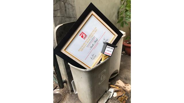 """Dibuang ke Tong Sampah, """"Piala Kebohongan"""" PSI Berujung Pidana"""
