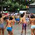 Una refrescante guerra de agua abre cuatro días de fiesta infantil en Retuerto