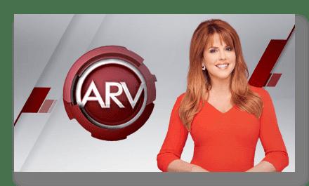 María Celeste Arrarás posando junto al logotipo de Al rojo vivo