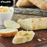 Pan al curry con mantequilla de naranja y rábano picante
