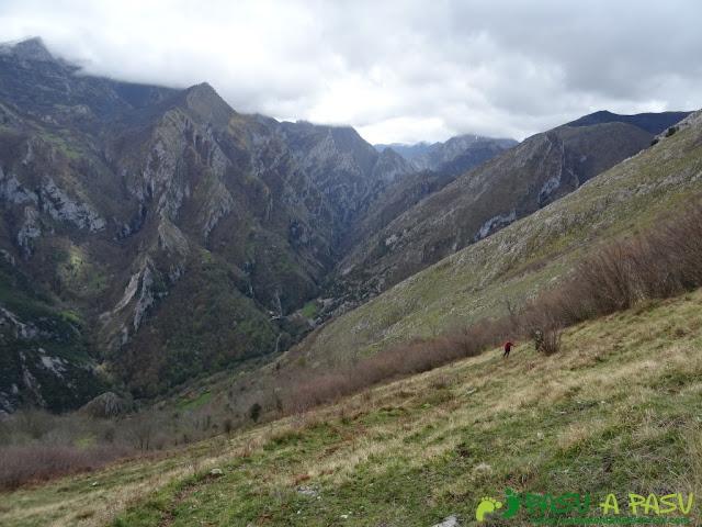Pico Carriá desde San Ignacio: Subiendo por la parte baja de la canal de Valle Mura