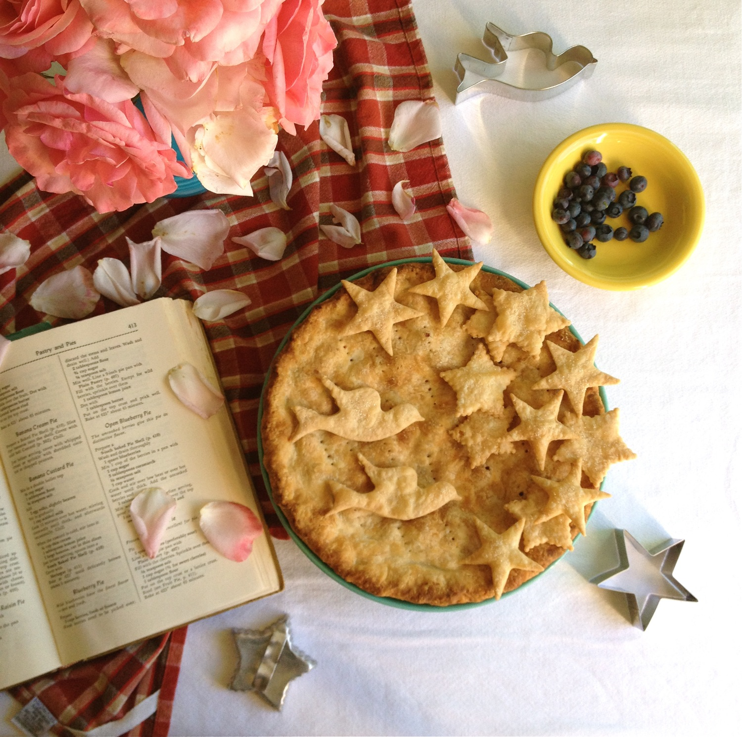 decorative pie crust, blueberry pie, blueberry pie recipe, Fanny Farmer cookbook, vintage Fanny Farmer cookbook, Fiestaware, roses and blueberry pie,