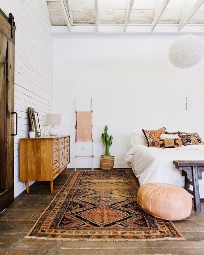 Dormitorio decorado en tonos tierra