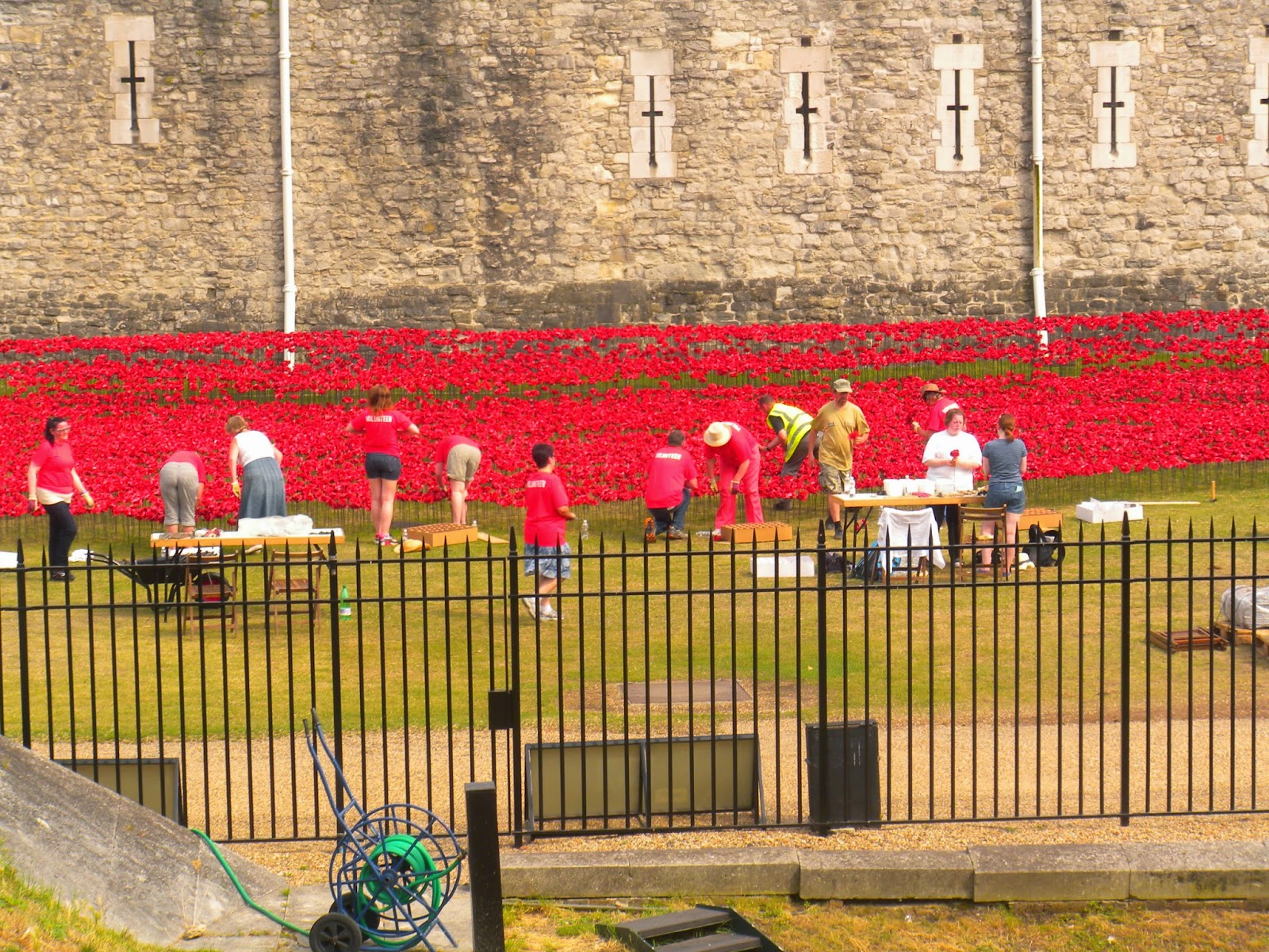 Κάθε παπαρούνα τοποθετήθηκε με σεβασμό και αγάπη από εθελοντές γύρω από τον  Πύργο του Λονδίνου και η περιμετρική τάφρος πλημμύρισε κόκκινο - σύμβολο  μνήμης ... 7e13182788b