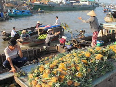 4 unique markets in Vietnam, mekong delta floating market, Bac Ha colorful market, Dong Van market, Khau Vai love market