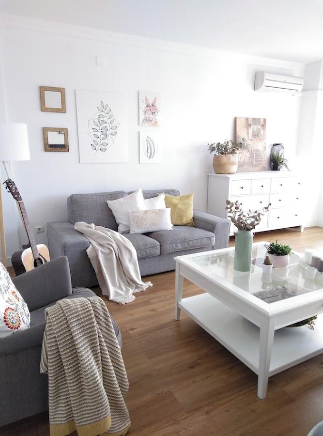 Decoración de pared del sofá en el salón con láminas de estilo escandinavo
