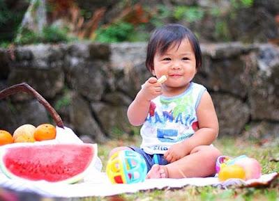 Anak sedang makan