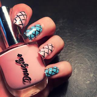 nail art bellissima rosa e azzurra perfetta per ogni evento decorata con strisce autoadesive decorative con motivo incrociato giusto per il segno della bilancia