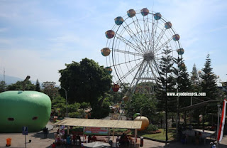 Bianglala atau Ferris Wheel di Alun-alun Kota Batu