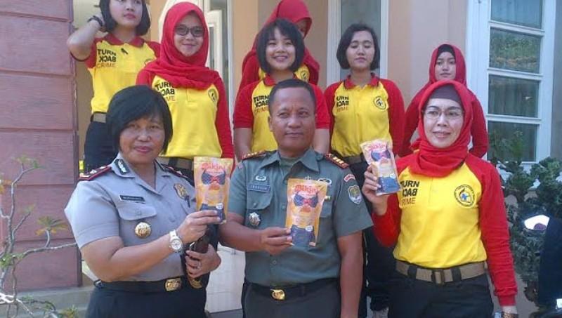 Polisi memamerkan snack bikini buatan Pertiwi Darmawanti Oktavia