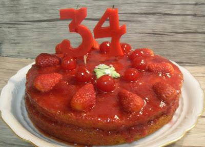 Pastel de fresas y cerezas sin lactosa.