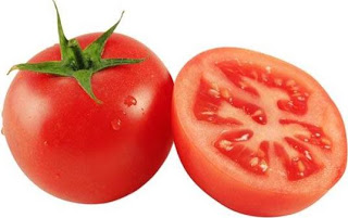Foto del tomate rojo entero y partido