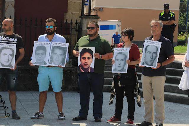 Arrieta, en el centro, con una fotografía del concejal del PP asesinado por ETA Miguel Ángel Blanco