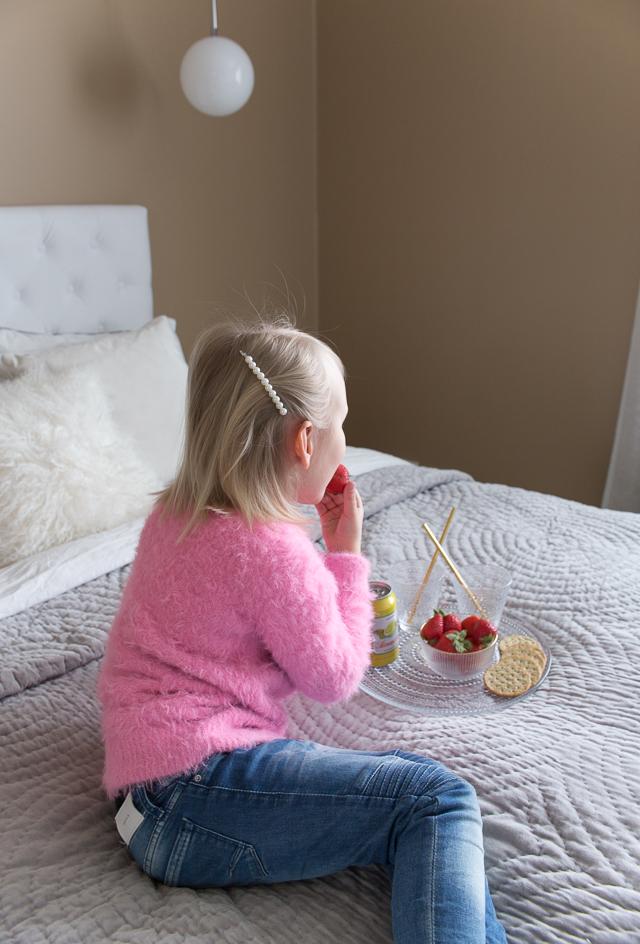 Villa H, piknik, lapset yökylässä, mansikat, makuuhuoneen sisustus
